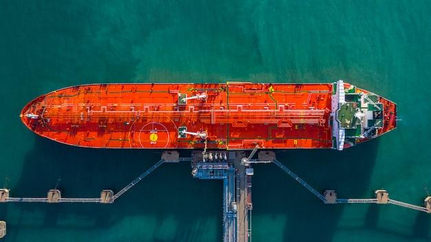 Vue Aérienne De Déchargement De Navire-citerne Au Port, Entreprise D'import D'import-export Avec De L'huile De Transport De Navire-citerne Photo Premium