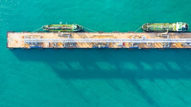 Vue aérienne de déchargement de navire-citerne au port, entreprise d'import d'import-export de pétrole avec des hydrocarbures de transport de navire-citerne de raffinerie en mer. Photo Premium