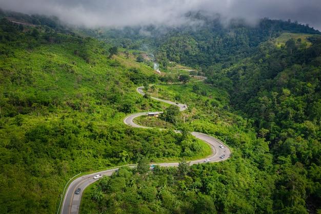 Vue Aérienne De Dessus De Montagne Et Route De Phu Thap Boek Le Matin. Phetchabun Thaïlande. Photo Premium