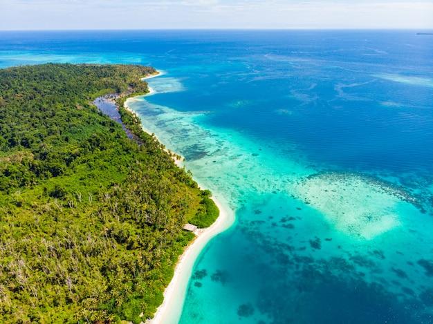Vue Aérienne De Dessus De La Plage Immaculée De Paradis Tropical. Forêt Tropicale Et Récif Corallien De Blue Lagoon Bay Photo Premium