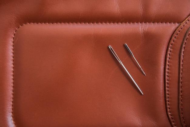 Une vue aérienne de deux aiguilles sur cuir marron Photo gratuit