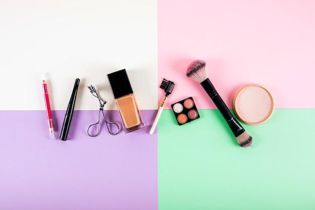 Vue aérienne de divers produits cosmétiques sur fond multicolore Photo gratuit