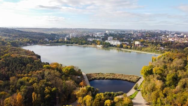 Vue Aérienne De Drone Du Lac Valea Morilor à Chisinau. Plusieurs Arbres Verts, Immeubles Résidentiels, Collines. Moldavie Photo gratuit
