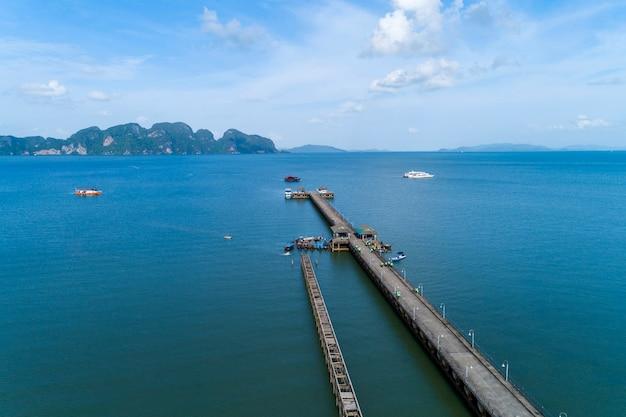 Vue aérienne de drone vue angle de jetée avec pêcheur de bateaux longue queue Photo Premium