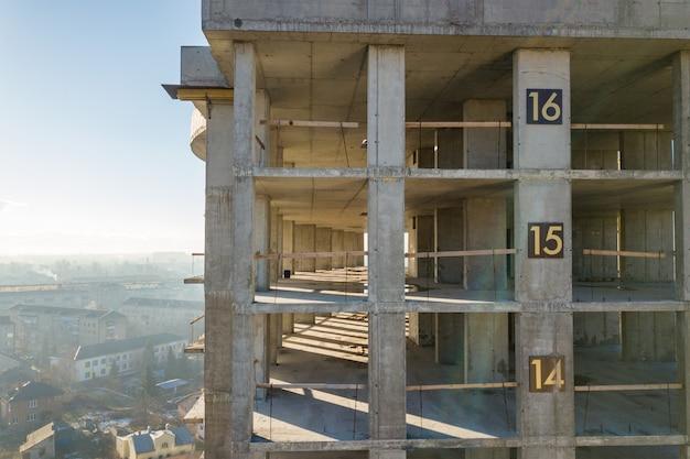 Vue Aérienne Du Cadre En Béton De L'immeuble De Grande Hauteur En Construction Dans Une Ville. Photo Premium