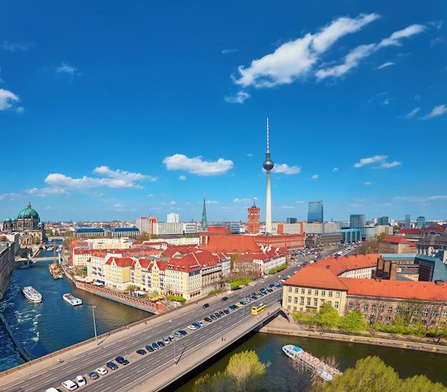 Vue aérienne du centre de berlin par une belle journée de printemps Photo Premium