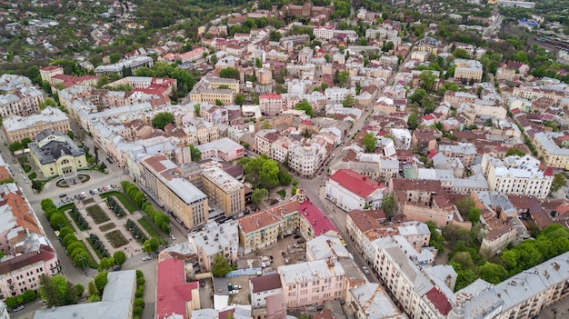 Vue Aérienne Du Centre Historique De La Ville De Tchernivtsi Par Le Dessus De L'ouest De L'ukraine. Photo gratuit