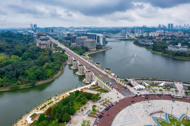 Vue Aérienne Du Centre-ville De Putrajaya Avec Lac Au Coucher Du Soleil à Putrajaya, Malaisie. Photo Premium