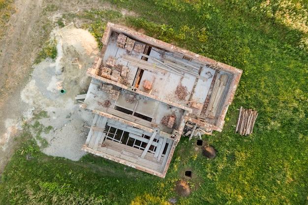 Vue aérienne du chantier et des piles de briques pour la construction. Photo Premium