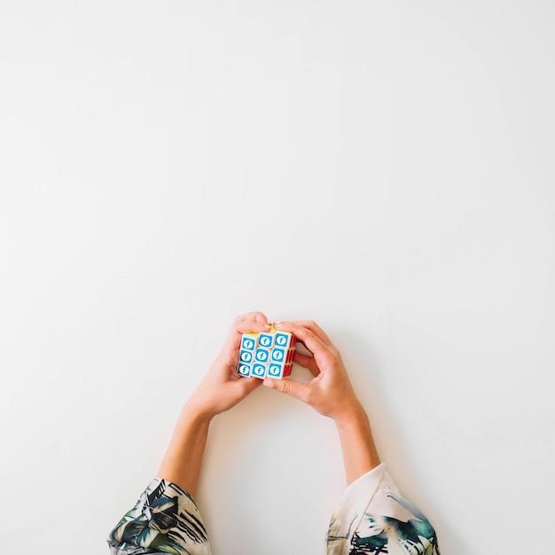 Vue Aérienne Du Cube De Rubik Avec Le Symbole Facebook Photo gratuit