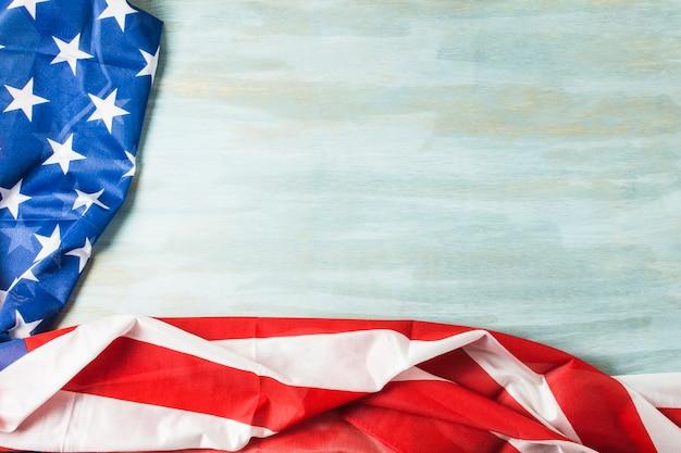 Une vue aérienne du drapeau américain avec les étoiles et les rayures sur fond texturé en bois Photo gratuit