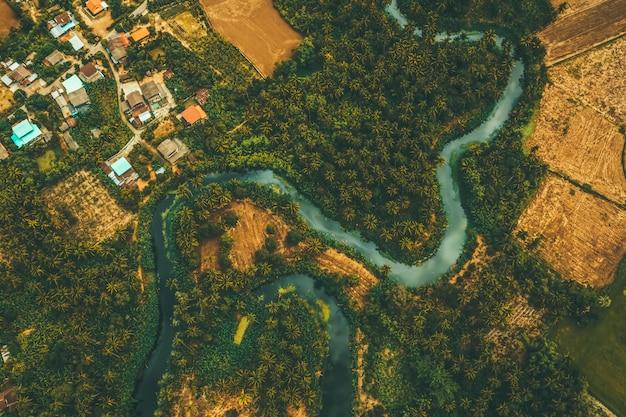 Vue aérienne du drone de la rivière sournoise et de la zone agricole Photo Premium