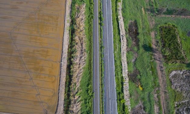 Vue aérienne du drone volant de la voie ferrée, train Photo Premium