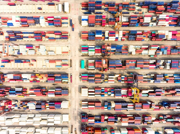 Vue aérienne du grand port d'expédition avec des conteneurs de fret marchandises. Photo Premium
