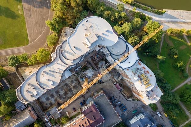 Vue aérienne du haut d'un gratte-ciel en construction. Photo Premium
