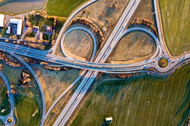 Vue aérienne du haut de l'intersection de la route moderne. Photo Premium