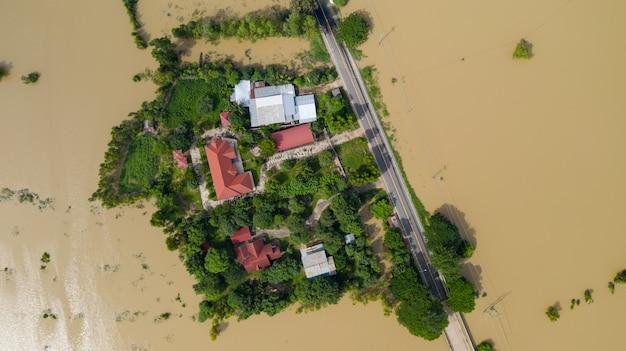Vue aérienne du haut des rizières inondées et du village Photo Premium