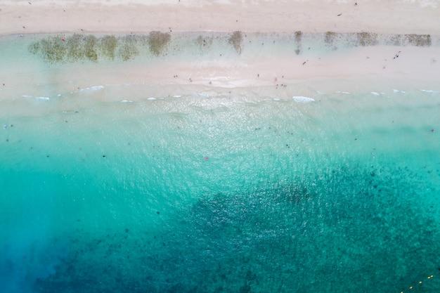 Vue aérienne du haut des vagues de l'océan, de la plage et de la côte rocheuse et de la belle forêt. Photo Premium