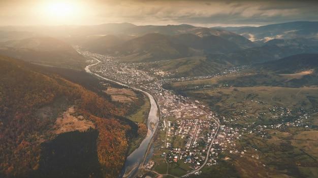 Vue Aérienne Du Magnifique Paysage De Montagne D'automne Photo Premium