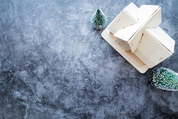 Une vue aérienne du modèle de maison avec arbre de noël sur fond de béton patiné Photo gratuit