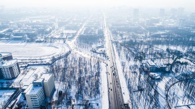 Vue aérienne du panorama de la ville en journée d'hiver Photo Premium