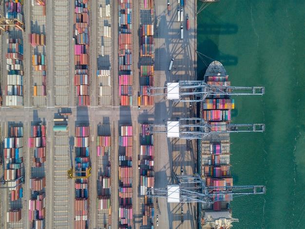 Vue Aérienne Du Port Commercial D'exportation Et D'importation De Marchandises Et Des Milliers De Conteneurs Dans Le Port Photo Premium