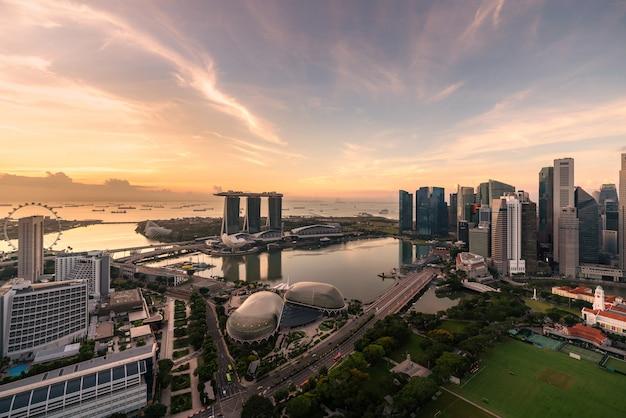 Vue aérienne du quartier des affaires de singapour et de la ville pendant le lever du soleil à singapour, en asie. Photo Premium