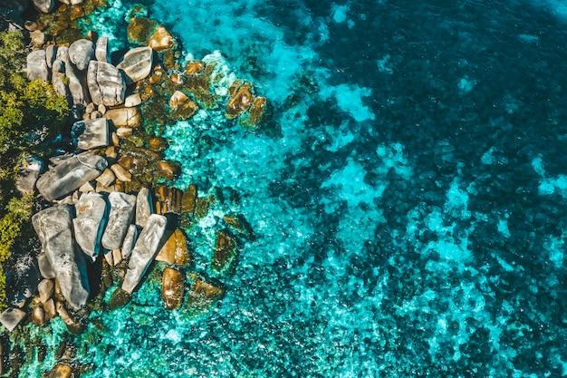 Vue aérienne du rocher à boulder island, myanmar Photo Premium