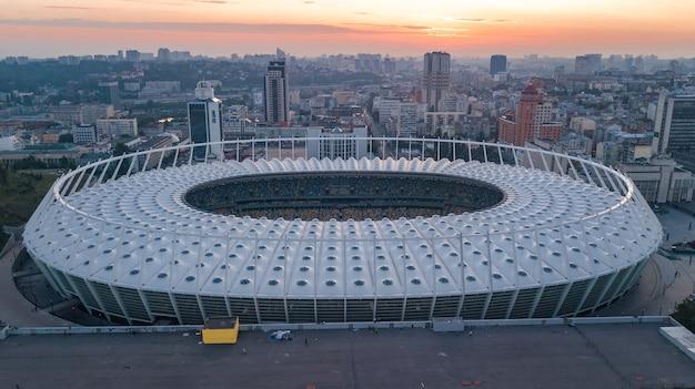 Vue Aérienne Du Stade Et Du Paysage Urbain De Kiev Au Coucher Du Soleil Photo Premium