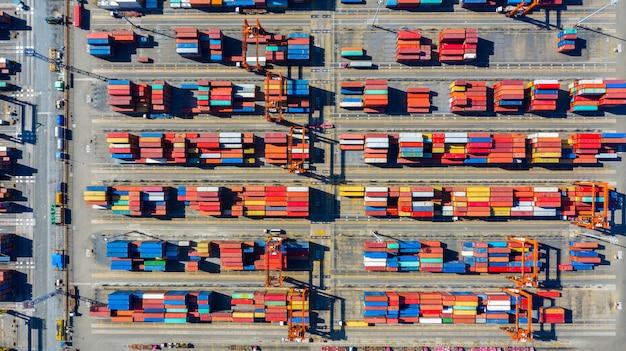 Vue aérienne du terminal de conteneurs, vue aérienne des conteneurs dans le port industriel avec beaucoup de couleurs différentes. Photo Premium