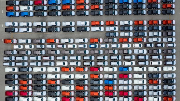 Vue aérienne du terminal d'exportation de voitures neuves, voitures neuves en attente d'importation au port de haute mer. Photo Premium