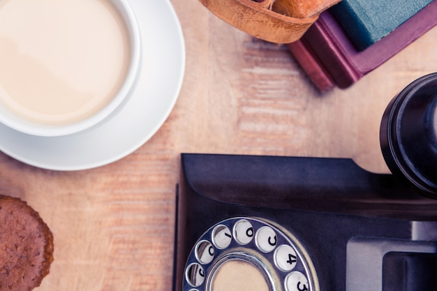 Vue Aérienne Du Vieux Téléphone Fixe Avec Agendas Et Café Sur La Table Photo Premium