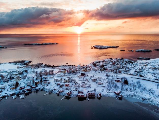 Vue aérienne du village de pêcheurs au bord de la mer en hiver au lever du soleil Photo Premium