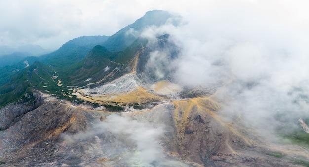 Vue aérienne du volcan sibayak, berastagi, sumatra, indonésie. Photo Premium