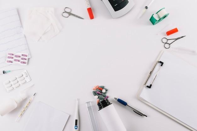 Vue aérienne, de, équipements médicaux, et, pilules, isolé, sur, blanc, toile de fond Photo gratuit