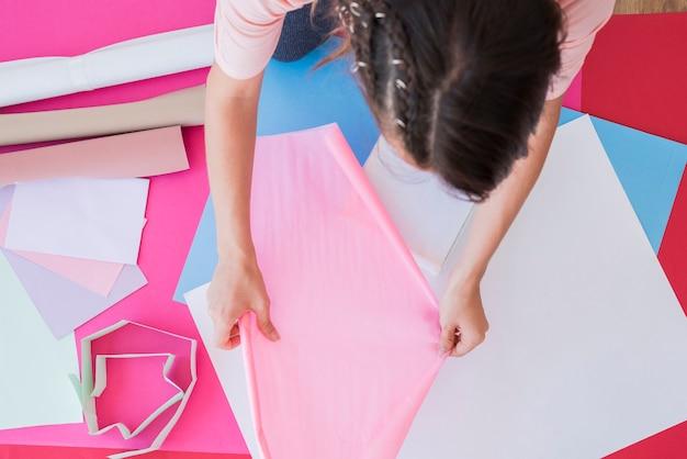 Vue aérienne, de, a, femme, tenue, papier cartonné rose Photo gratuit