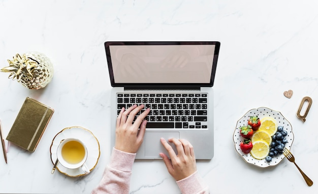 Vue aérienne, de, femme, utilisation, a, ordinateur portable ordinateur, sur, a, table marbre Photo gratuit