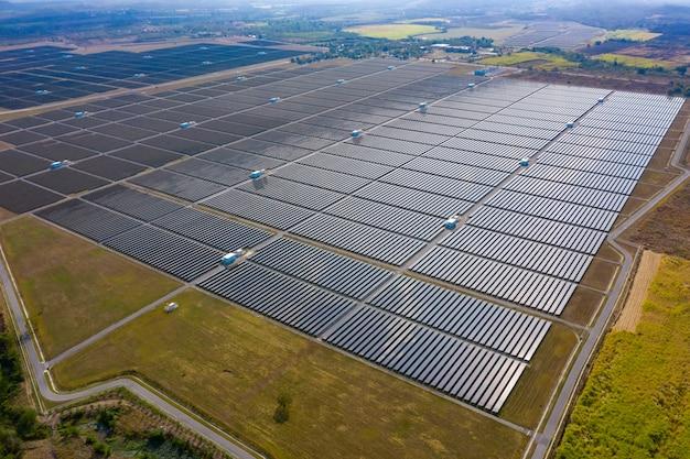 Vue aérienne d'une ferme d'usine de cellules solaires de la région des cellules solaires en thaïlande Photo Premium