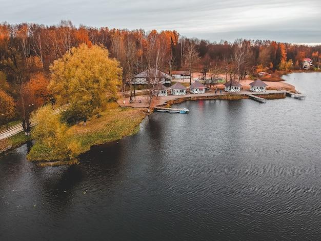 Vue Aérienne De La Forêt Et Du Lac Bleu. Sauna House Au Bord Du Lac. Jetée En Bois Avec Des Bateaux De Pêche. Saint-pétersbourg, Russie. Photo Premium