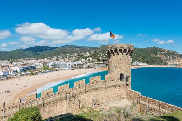 Vue aérienne de la forteresse de vila vella et de la baie de badia de tossa en été à tossa de mar sur la costa brava, en catalogne, en espagne Photo Premium
