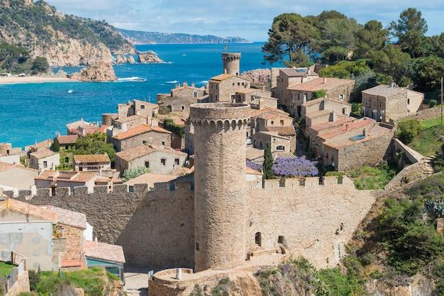 Vue aérienne de la forteresse vila vella et de la baie de badia de tossa à tossa de mar, catalogne, espagne Photo Premium