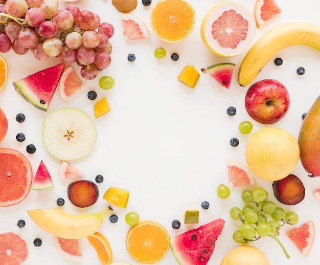 Une vue aérienne de fruits colorés isolé sur fond blanc Photo gratuit