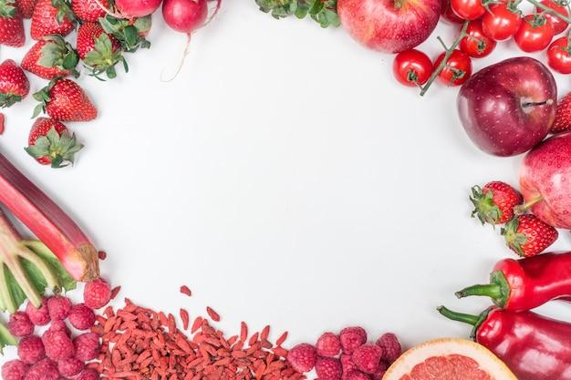 Vue aérienne de fruits rouges et de légumes sur fond blanc Photo gratuit