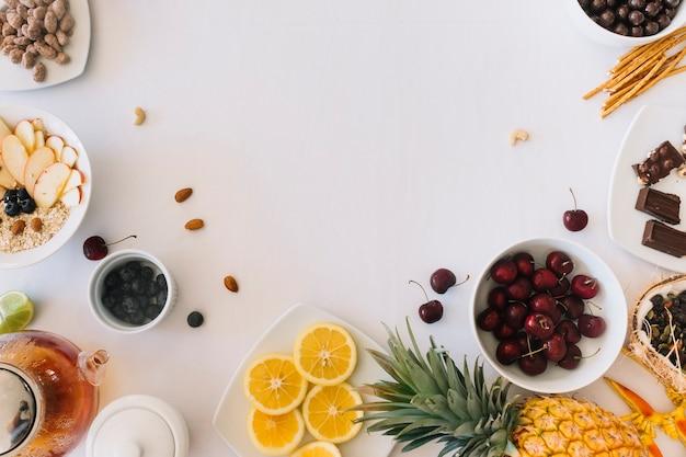 Une vue aérienne de fruits sains sur fond blanc Photo gratuit