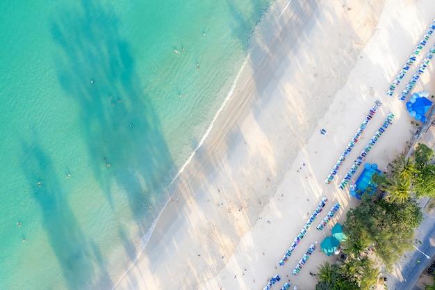 Vue aérienne de gens qui nagent dans la mer turquoise transparente à phuket, en thaïlande. Photo Premium