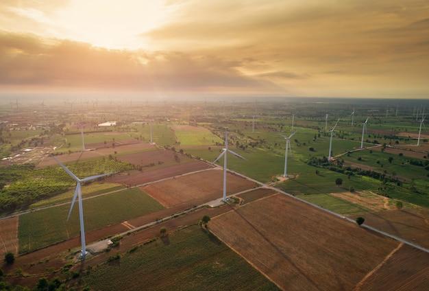 Vue aérienne de grandes éoliennes au lever du soleil prise de l'air. Photo Premium