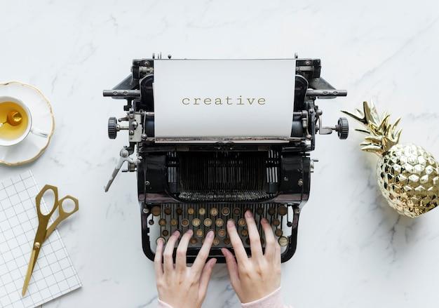 Vue aérienne, de, a, homme, dactylographie, sur, a, rétro, machine à écrire Photo gratuit