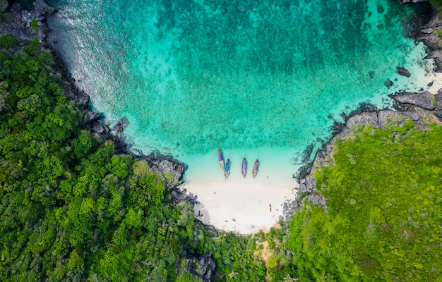 Vue aérienne de l'île de phi phi en haute saison, les touristes thaïlandais et étrangers louent un bateau à longue queue avec tuba sous la mer Photo Premium