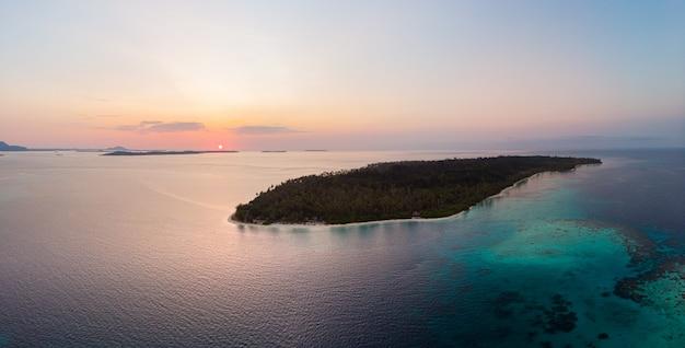 Vue Aérienne Des îles Banyak Archipel Tropical De Sumatra Indonésie, Récif De Corail Plage De Sable Blanc. Voyage Destination Touristique, Ciel Coucher De Soleil Photo Premium