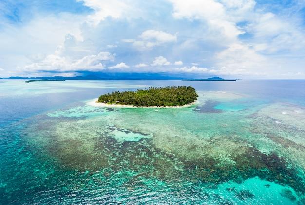 Vue aérienne des îles banyak, archipel tropical de sumatra, indonésie Photo Premium